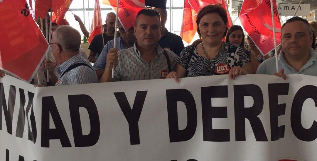 Patricia Blanquer , secunda la concentración sindical en el aeropuerto contra la privatización de los servicios de restauración.