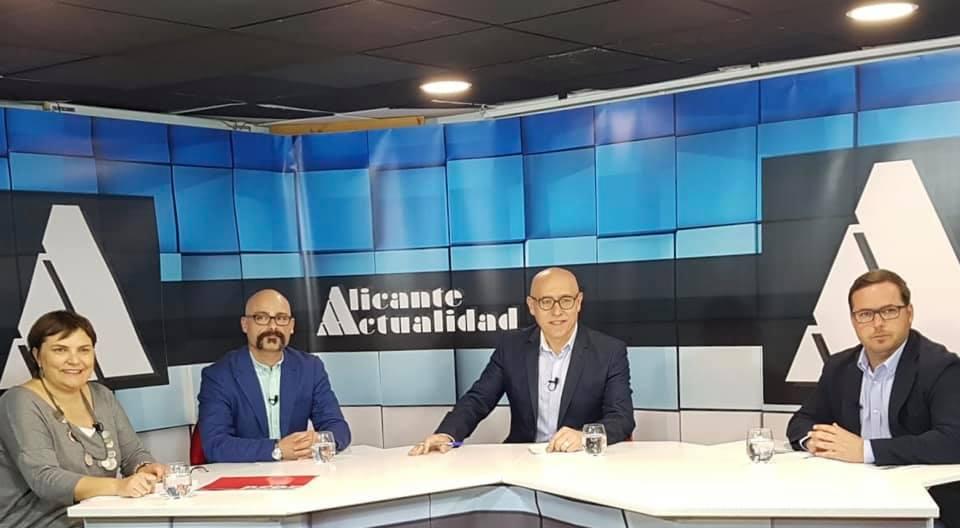 Hoy mesa de tertulia en Alicante, debatiendo temas de actualidad.